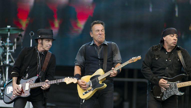 Bruce Springsteen, met links Nils Lofgren en rechts Little Steven, tijdens een optreden in een uitverkocht Goffertpark Beeld anp