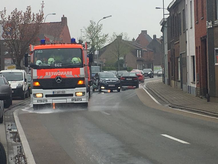 De brandweer zorgde met een sproeiwagen voor opruiming van het mazoutspoor.