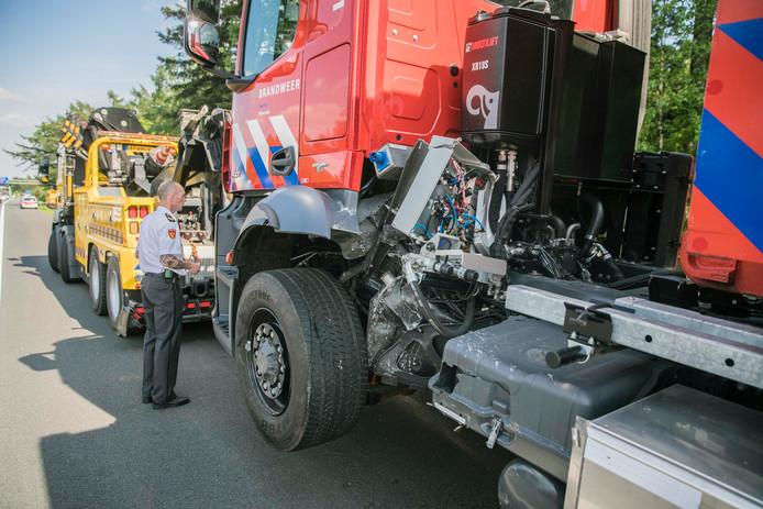 De brandweerwagen en personenauto moesten beide weggesleept worden.