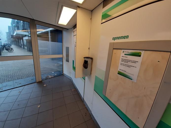 De geldautomaten van ABN Amro aan de Hofstraat in Apeldoorn zijn afgesloten.
