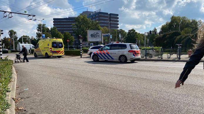 De ambulance en politie ter plaatse bij het winkelcentrum Kronenburg.