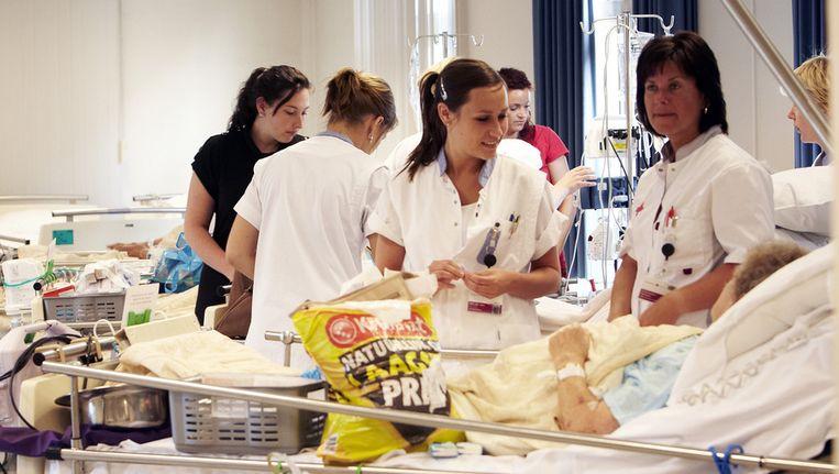 Patienten uit het Jeroen Bosch Ziekenhuis worden overgebracht naar het nieuwe gebouw in Den Bosch. Beeld ANP
