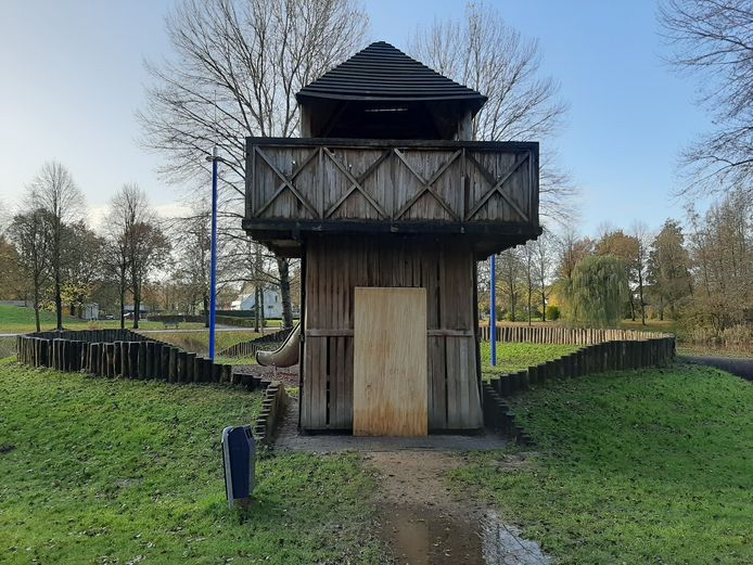 Met planken is het klimkasteel op de Matenschans afgesloten.