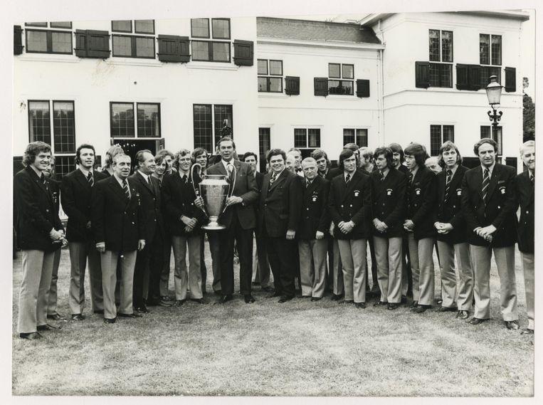 Na winst in het Europa Cup-toernooi voor landskampioenen in 1972 word de ploeg van Ajax ontvangen op het Catshuis dor premier Biesheuvel (met beker) en staatssecretaris Vonhoff. Beeld ANP