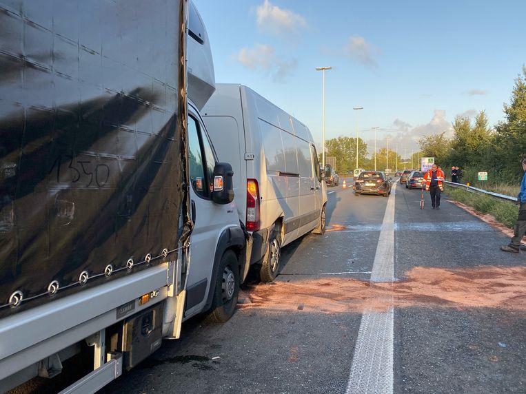 Bij de botsing waren ook twee bestelwagens betrokken.