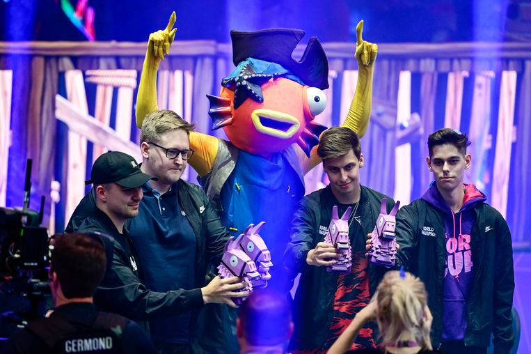 Het Fortnite team Fish Fam met Stephan Van Hemelrijck (links op de foto) wint de Fortnite World Cup Creative tijdens het Fortnite World Cup in het Arthur Ashe Stadium.