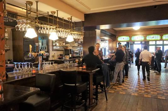 De Vos en de Craen - sinds vandaag open - is een fris, bruin café zonder pretenties. Bier en Bourgondisch gaan er hand in hand.