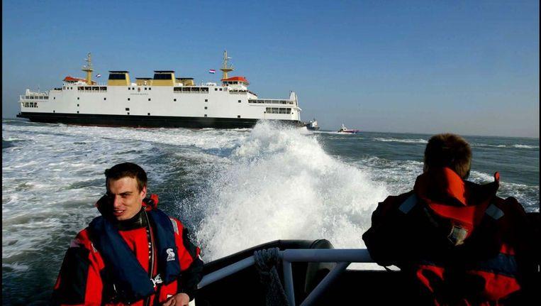 De reddingsbrigade begeleidt de veerboot Koningin Beatrix in 2003 bij de laatste overtocht van Vlissingen naar Breskens . Beeld anp