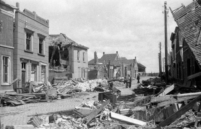 De Oudestraat in Bruinisse in 1945. Het huis van het gezin Wiebrens stond aan de rechterkant.