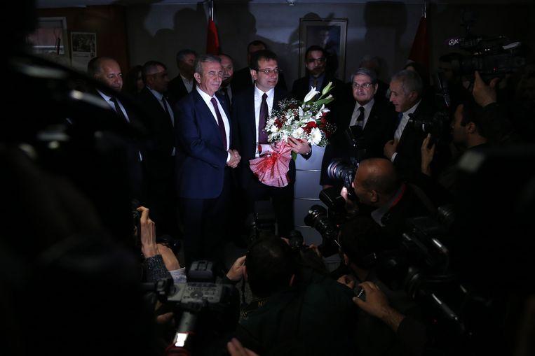 De winnende burgemeesterskandidaten van de oppositiepartij CHP voor Ankara, Mansur Yavas, en voor Istanbul, Ekrem Imamoglu, op een persconferentie op 2 april.  Beeld EPA