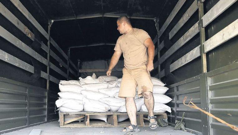 De laadruimtes van de trucks werden gisteren voor de pers wel even geopend, maar Oekraïense douaniers kwamen aan inspectie niet toe. Beeld epa