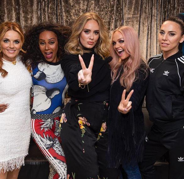 Adele poseerde tussen haar idolen alsof ze één van de Girls was.