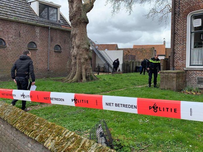 Er wordt gezocht in de tuin van hotel De Vier Heemskinderen in IJzendijke.