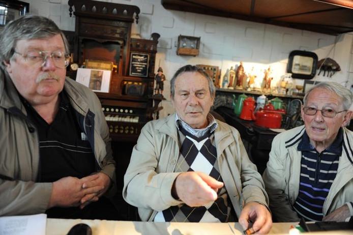 Cees Maas (midden) geeft in De Holle Roffel in Kruisland tekst en uitleg over genealogisch speurwerk. foto Cindy Joos/het fotoburo