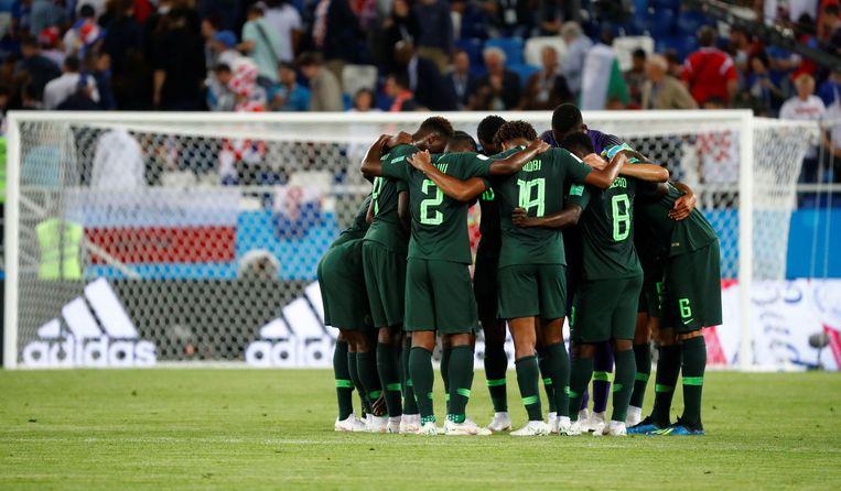 Opvallend moment: na het laatste fluitsignaal in de eerste helft zochten de Nigeriaanse spelers elkaar op voordat ze naar de kleedkamer trokken.