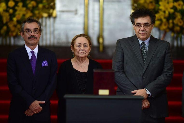 Weduwe Mercedes Barcha samen met haar zonen Gonzalo (L) en Rodrigo tijdens de plechtigheid. Beeld afp