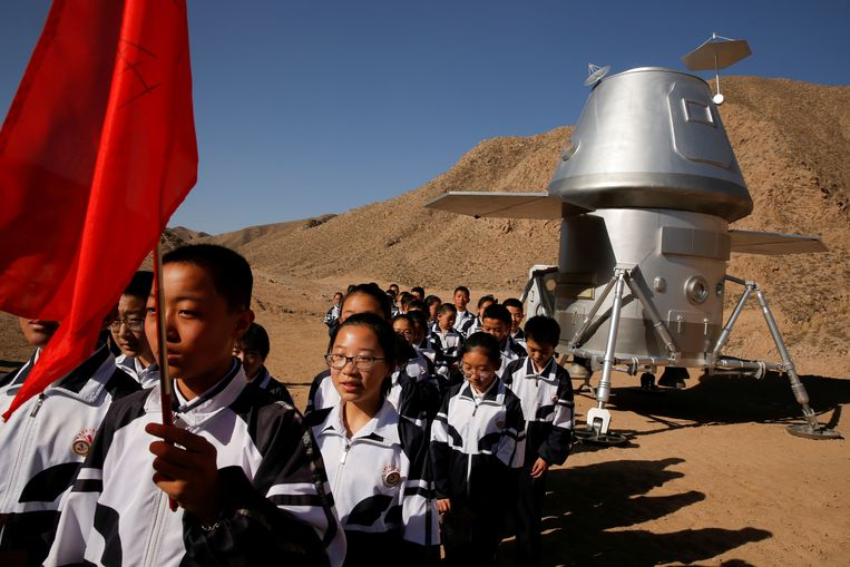 Scholieren verlaten een namaakruimte-capsule op de Marsbasis. Beeld REUTERS