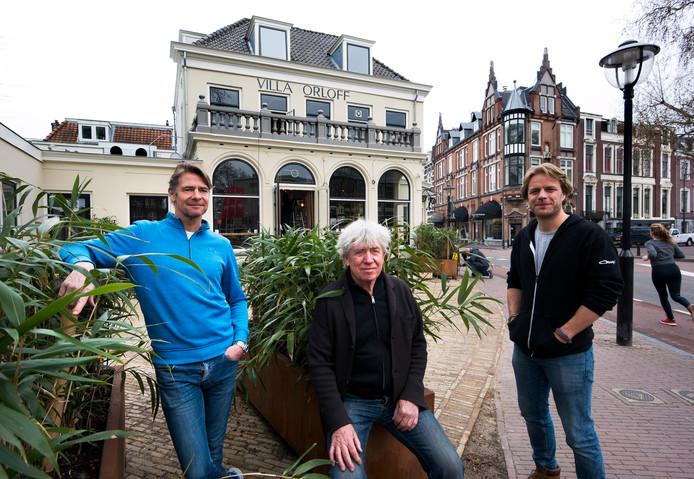 Martijn en Bert Cools en bedrijfsleider Robin Brink bij hun nieuwe Villa Orloff aan het Lucasbolwerk.