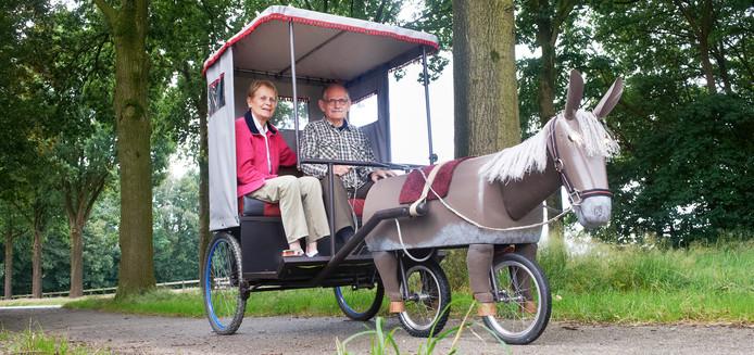Theo van den Elzen uit Schaijk samen met zijn vrouw achter de electrische ezel.