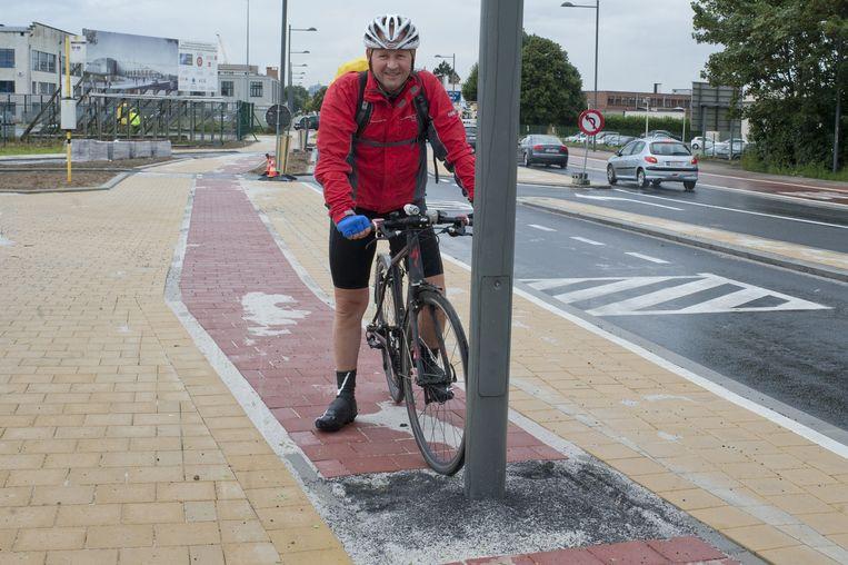 In Haren, voor het Belgisch Instituut voor Verkeersveiligheid staat een paal temidden van het fietspad.
