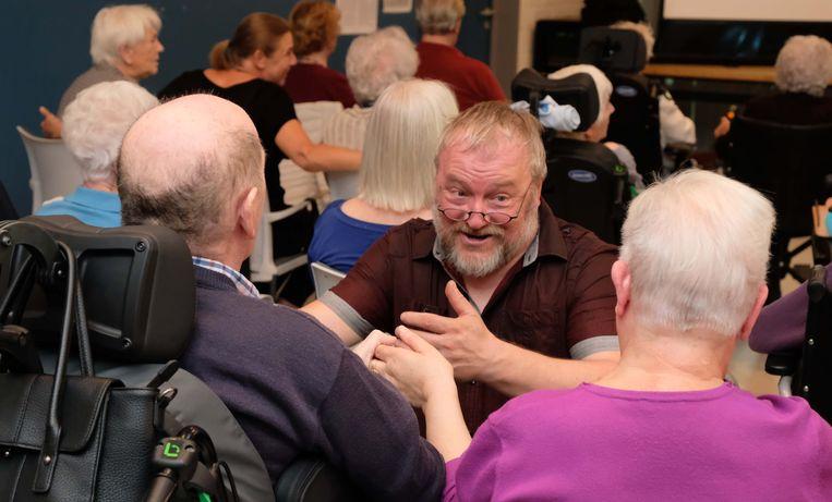 Filip Zutterman tijdens de repetitie, waar vrijwilligers enthousiast meezingen en dansen.