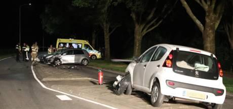 Inzittenden na frontale botsing auto's met elkaar op de vuist, twee mensen naar ziekenhuis