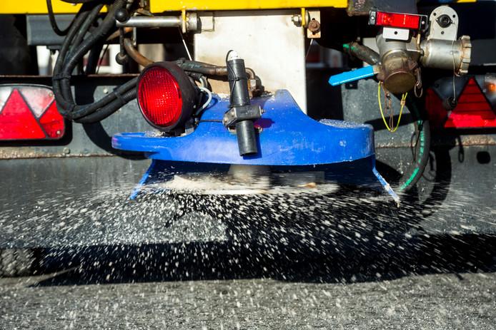 2017-11-07 14:07:35 ILLUSTRATIE MOORDRECHT - Een strooiwagen verspreidt zout als gladheidsbestrijding. ANP XTRA ALEXANDER SCHIPPERS