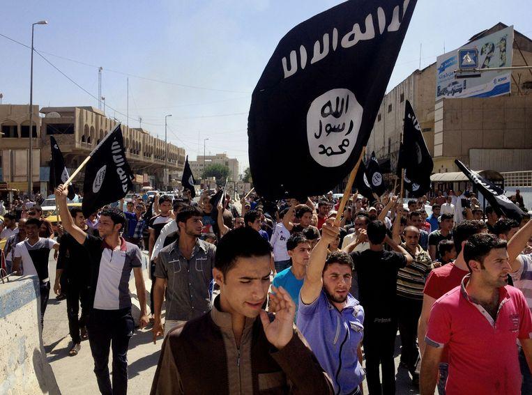Demonstranten met een IS-vlag in Bagdad. Beeld ap
