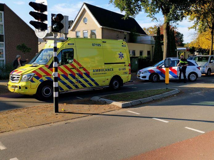 De gewonde fietser is per ambulance naar het ziekenhuis in Ede overgebracht.