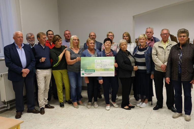 Leden van verschillende Lombeekse verenigingen overhandigden een mooie cheque aan revalidatieziekenhuis Inkendaal.
