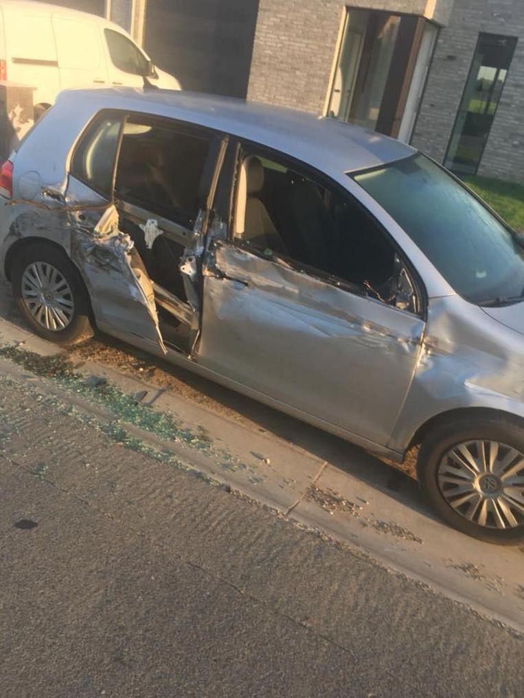 De auto is helemaal vernield.