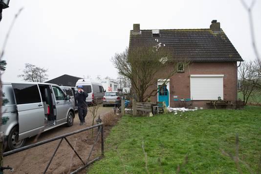 De politie bij de woning aan de Roodwilligenstraat in Duiven.