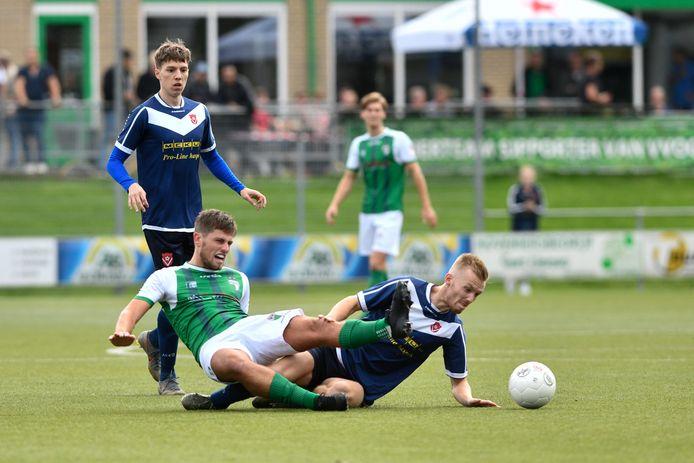 Yannick Bouw (in het groen van VVOG) vocht tegen Harkemase Boys verbeten duels uit.