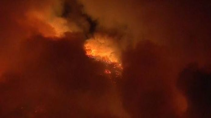 1 600 pompiers luttent actuellement contre ce feu de forêt, qui pourrait se poursuivre jusqu'à la fin du mois d'octobre.