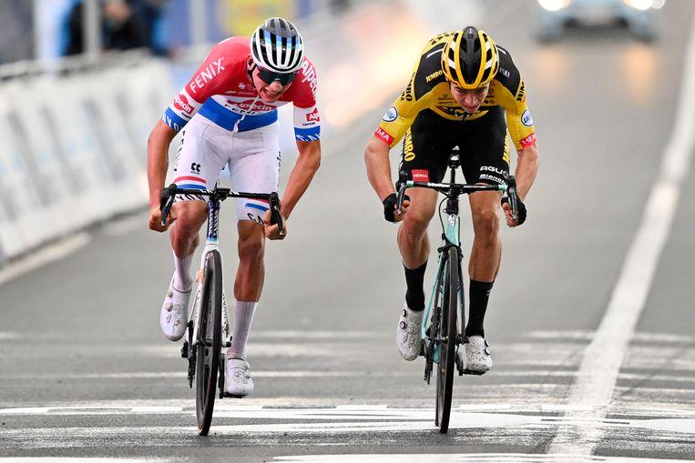 Mathieu van der Poel (links) verslaat Wout van Aert in de sprint Beeld BELGA