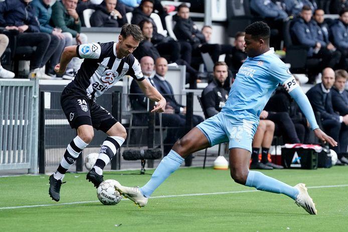 Jeff Hardeveld gaat met succes de strijd aan met Denzel Dumfries van PSV.