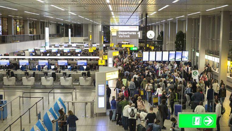 Drukte bij de Schengen check in-balies en controlepunten op Schiphol. De vele tientallen controlepunten aan de gates zijn komen te vervallen. In plaats daarvan zijn er op Schiphol nu grote centrale controlepunten waar passagiers door de beveiliging moeten. Beeld null