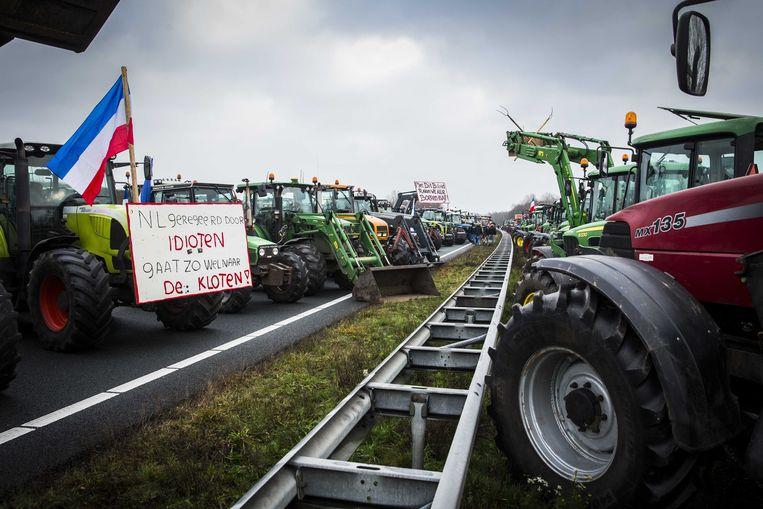 Protesterende boeren op de A1 bij De Lutte in Overijssel, eerder deze maand. De snelweg werd in beide richtingen geblokkeerd.  Beeld ANP