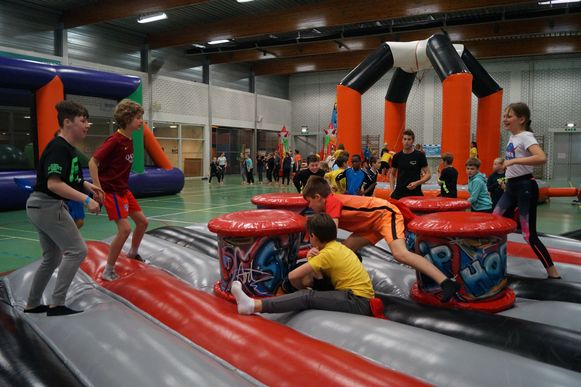 1.080 kinderen uit elf scholen zakken dezer dagen af naar Gits voor de Avontuurlijke Schoolsportdagen. Hier zien we de kinderen van 4, 5 en 6 uit de vrije basischool in de Torhoutstraat in de sporthal.