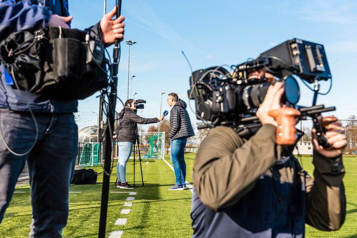 KNVB-directeur amateurvoetbal Jan Dirk van der Zee (midden) was voor video-opnames op bezoek bij Hazerswoudse Boys.