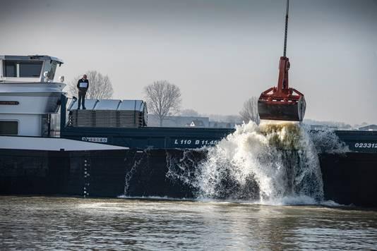 Het Schip Allegonda stort grond in zandgat  Over de Maas.