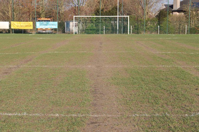 Het veld van VV Emelgem-Kachtem is al langer in slechte staat.