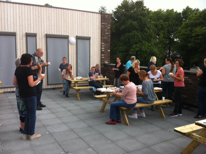 Het team puft even uit op het dakterras, op gebak getrakteerd door juffen Riet en Ans die nog heel even aan de school verbonden zijn.