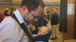 VIDEO. Schattig. Van Quickenborne brengt zoon Scott (2 maanden) mee naar stemhokje