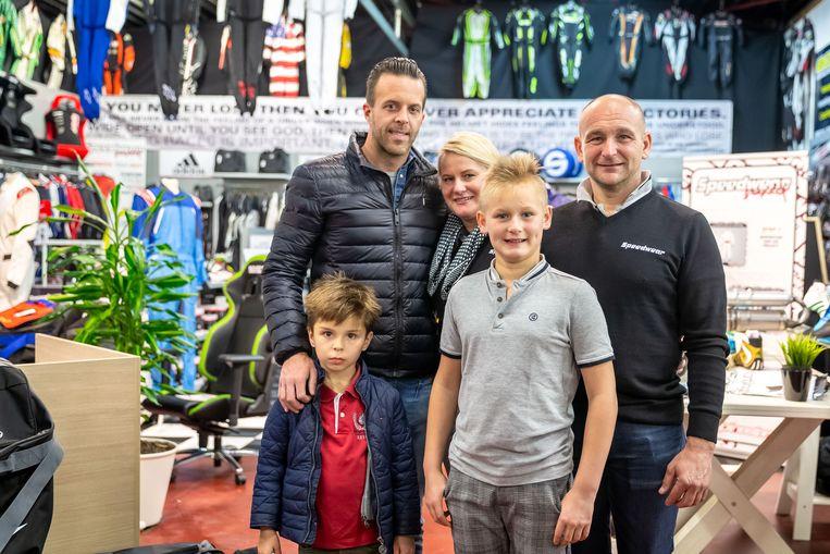 Anthony Kumpen en zoon Henri-Constant in de winkel van Wendy en Wim Eyckmans. Ook Wim en Wendy's zoon Ean was van de partij.
