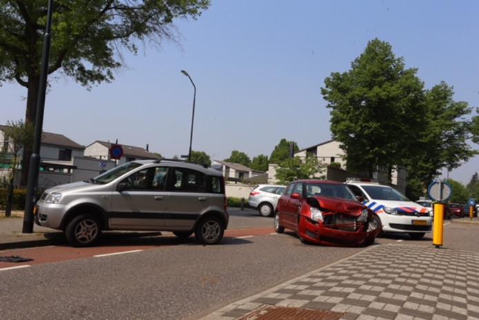 Beide auto's liepen forse schade op.