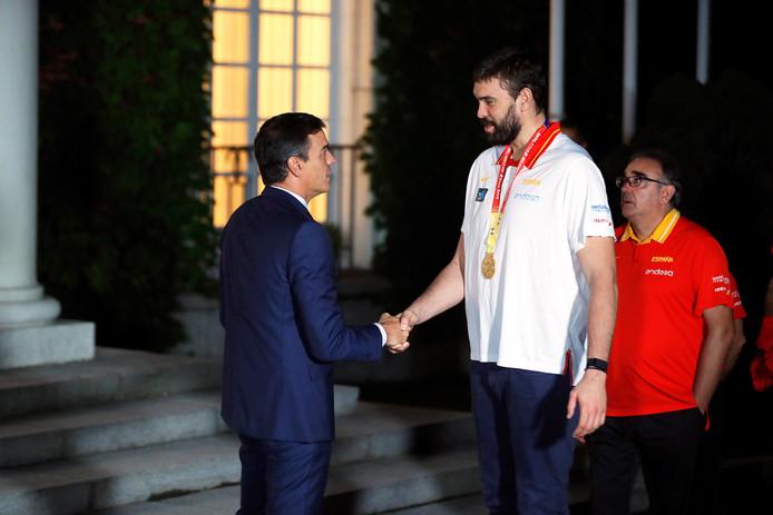 De Spaanse premier Pedro Sanchez (l), met zijn 1 meter 90 ook geen kleintje, valt in het niet bij Marc Gasol (m) tijdens een ontvangst van het Spaanse nationale basketbalteam in Madrid, vorige maand. Spanje won de finale van de FIBA Basketball World Cup tegen Argentinië in Beijing.