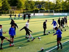 De voetballer gaat in Apeldoorn weer als een jong hertje het veld op, maar moet wel creatief zijn