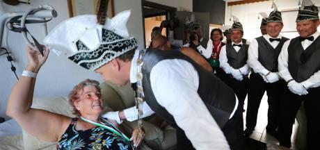 Ongeneeslijk zieke Mariëlla krijgt Zilveren Faant uitgereikt: 'Geweldig dat ik Raad van Elf nog een keer bij elkaar zie'