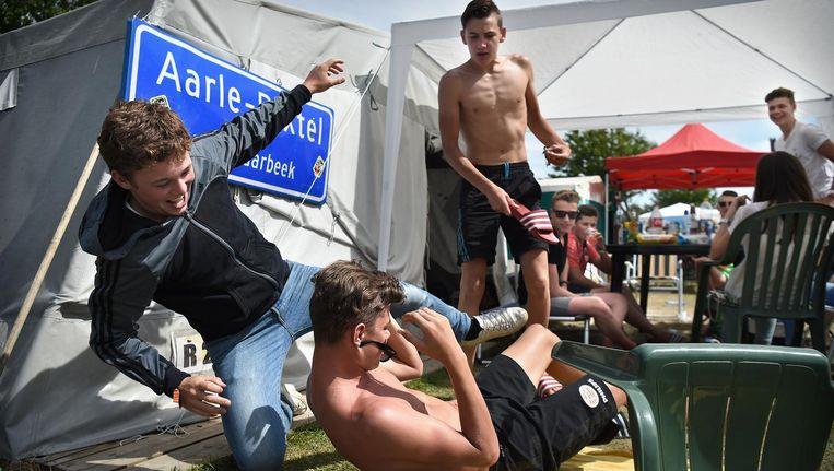 Jongeren lijken op camping Duin en Strand in Renesse vakantie te vieren als vanouds. Eigenaar Gerard Cobussen: 'Vroeger stonden alle rijen van de camping in het hoogseizoen vol met tenten: sinds enkele jaren is nog maar de helft gevuld.' Beeld Marcel van den Bergh/de Volkskrant